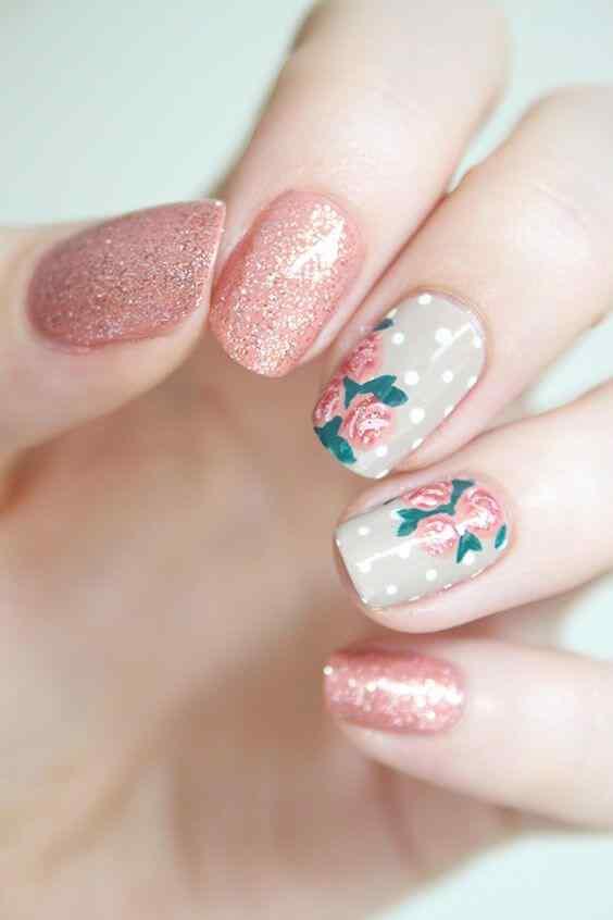 uñas rosa con flores y brillo