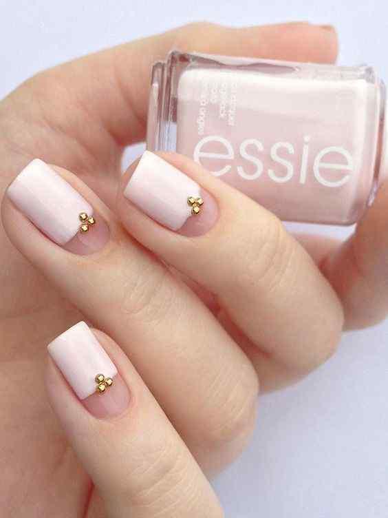 uñas rosa con perlitas doradas
