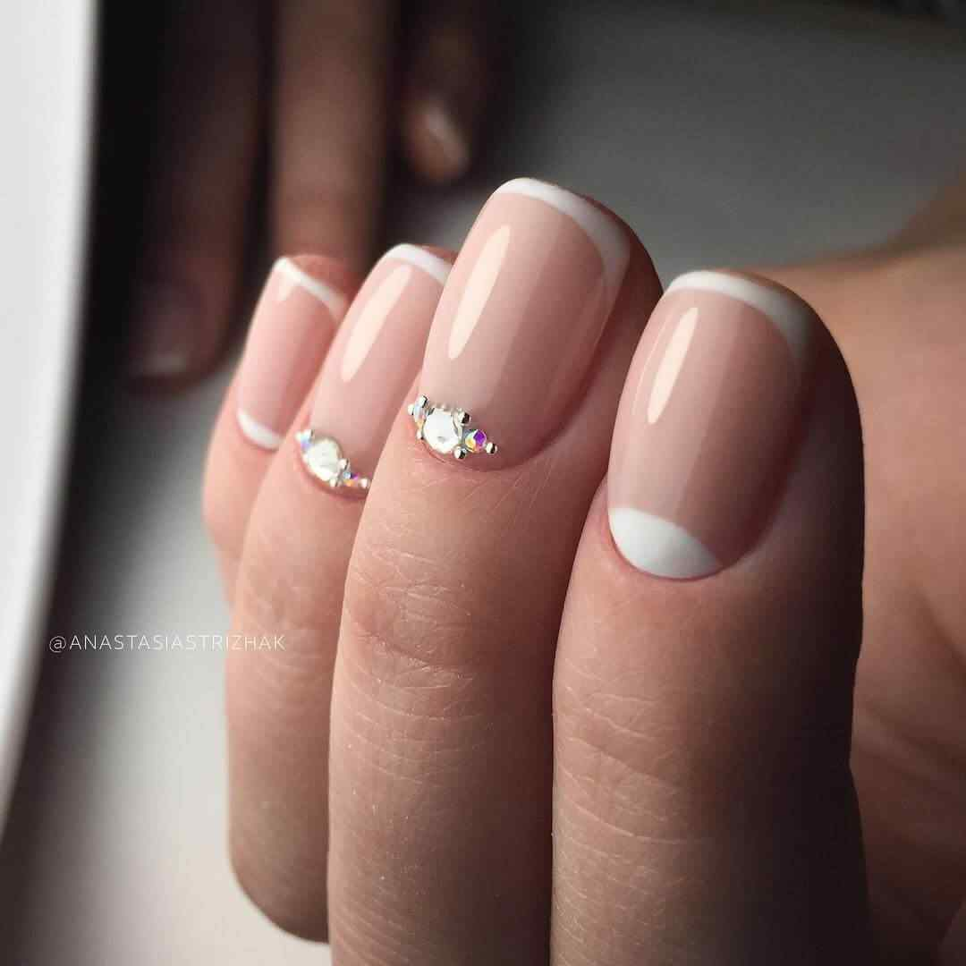 uñas sencillas con piedreria para novia