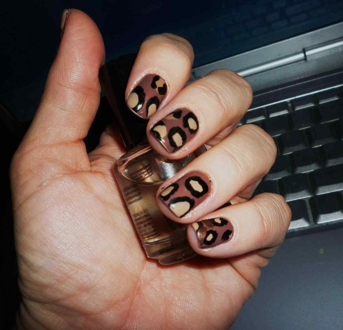 Brown nails (2)
