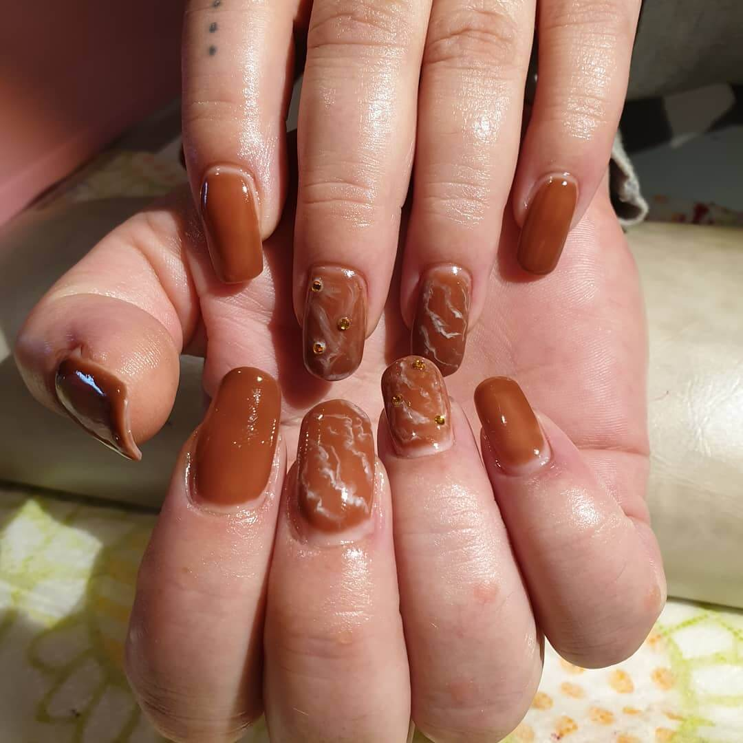 diseño de uñas color chocolate