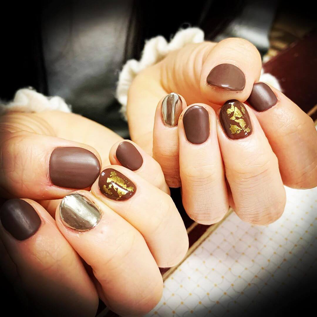 uñas decoradas marron mate con dorado