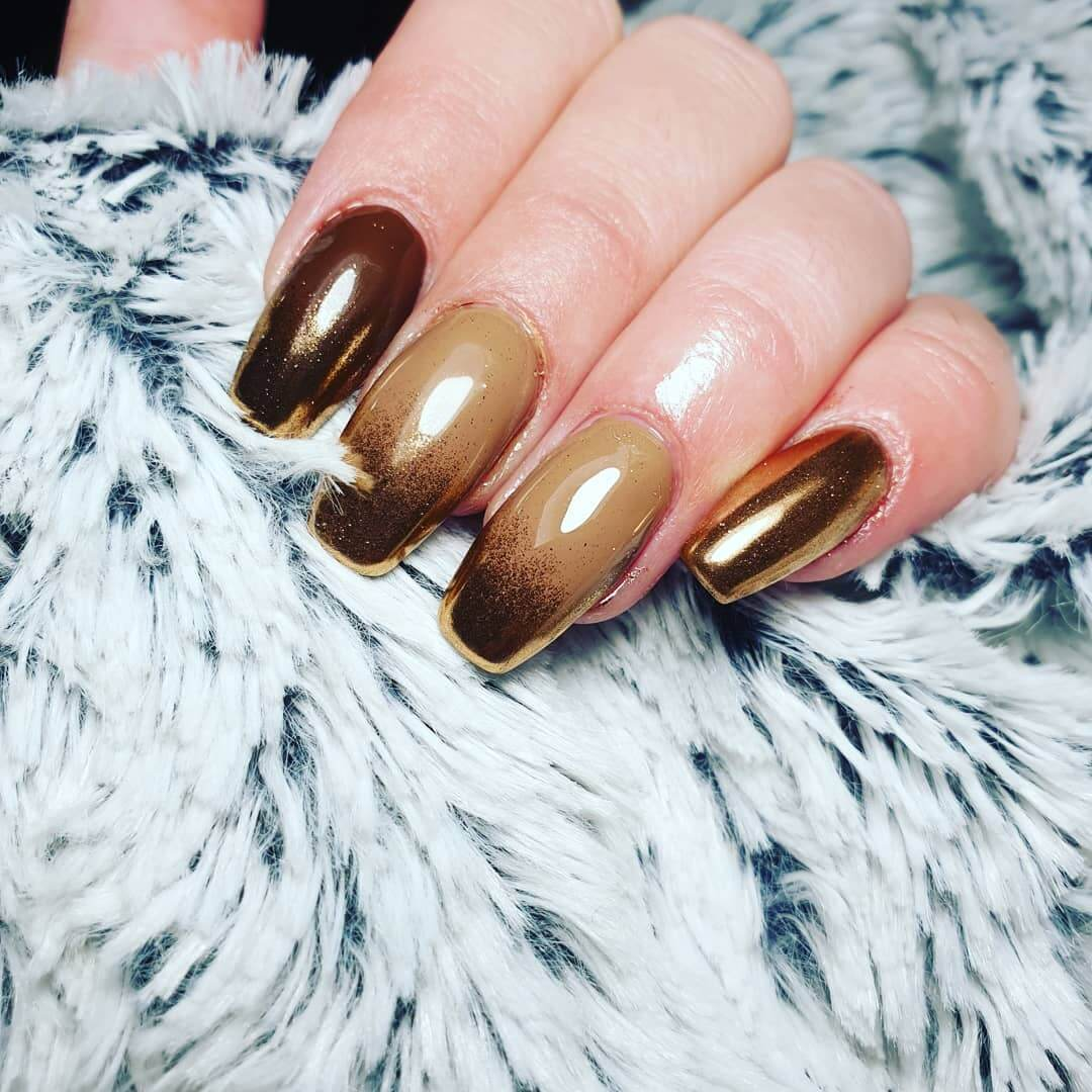 uñas marron degradadas con dorado
