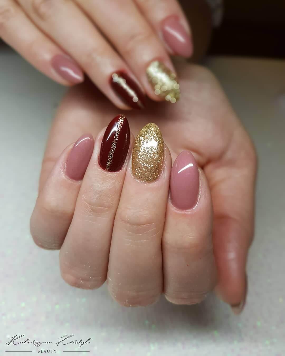 uñas marron dorado y rosa palo