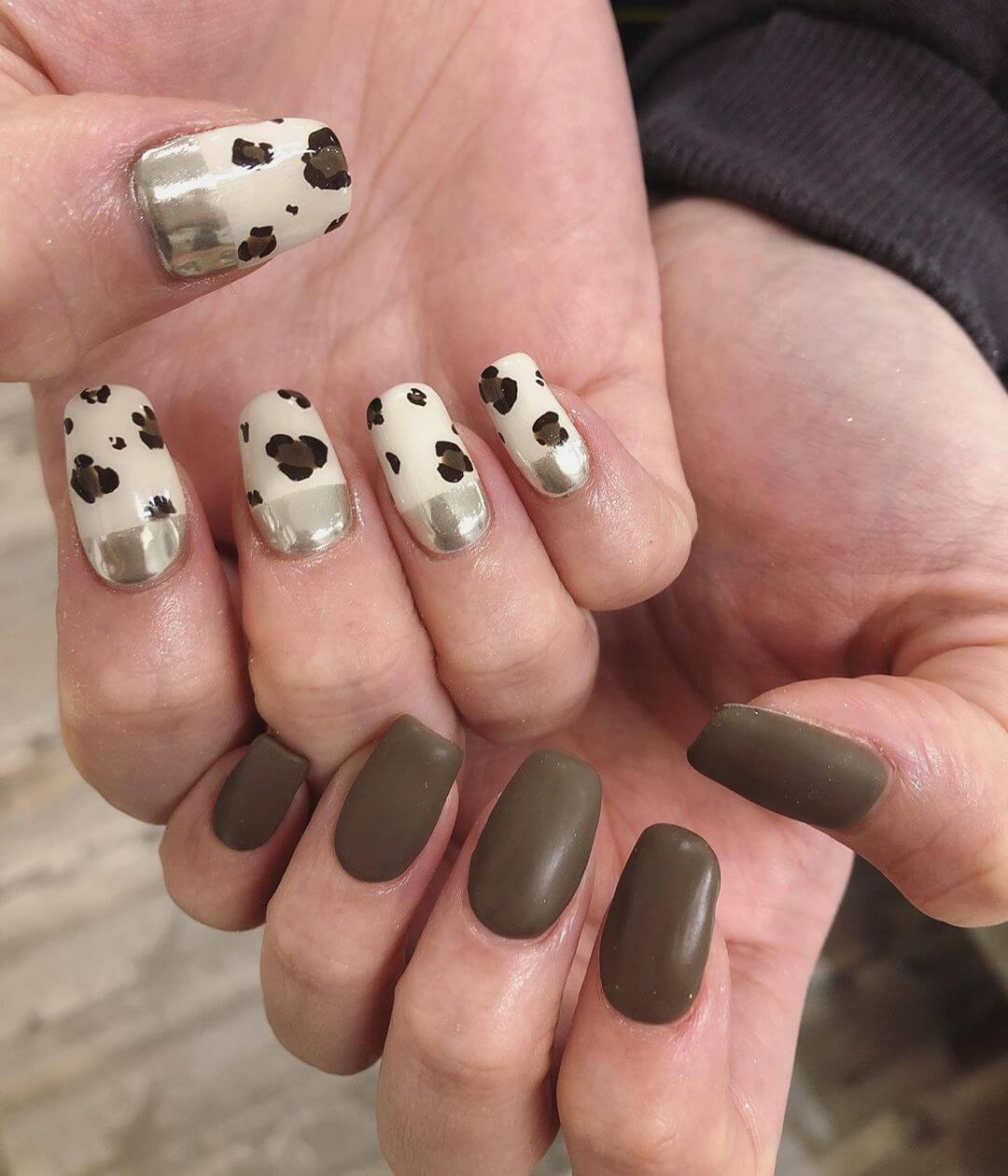 uñas marrones con blanco