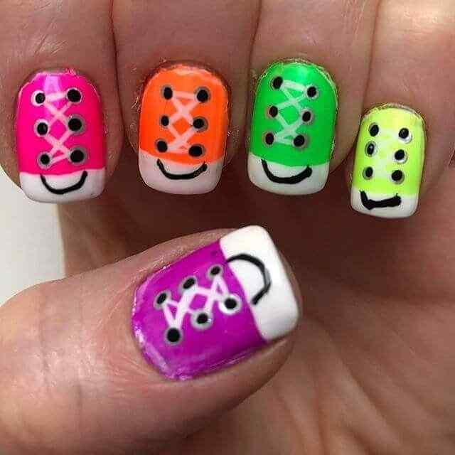 uñas  con zapatillas de colores
