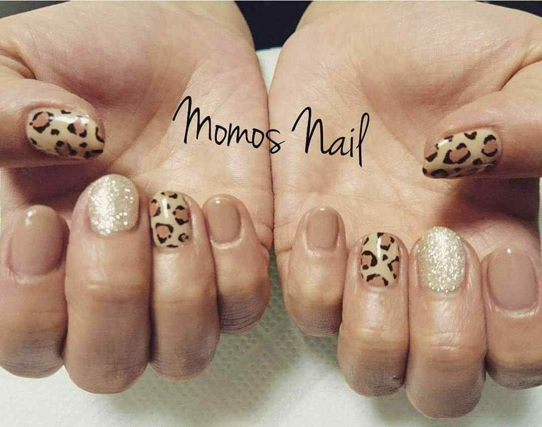 uñas marrones animal print
