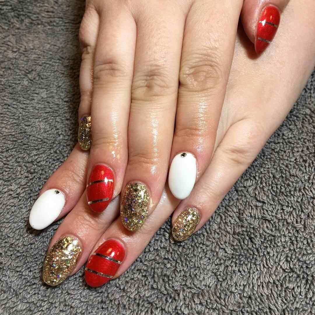 uñas de navidad rojas doradas y blancas