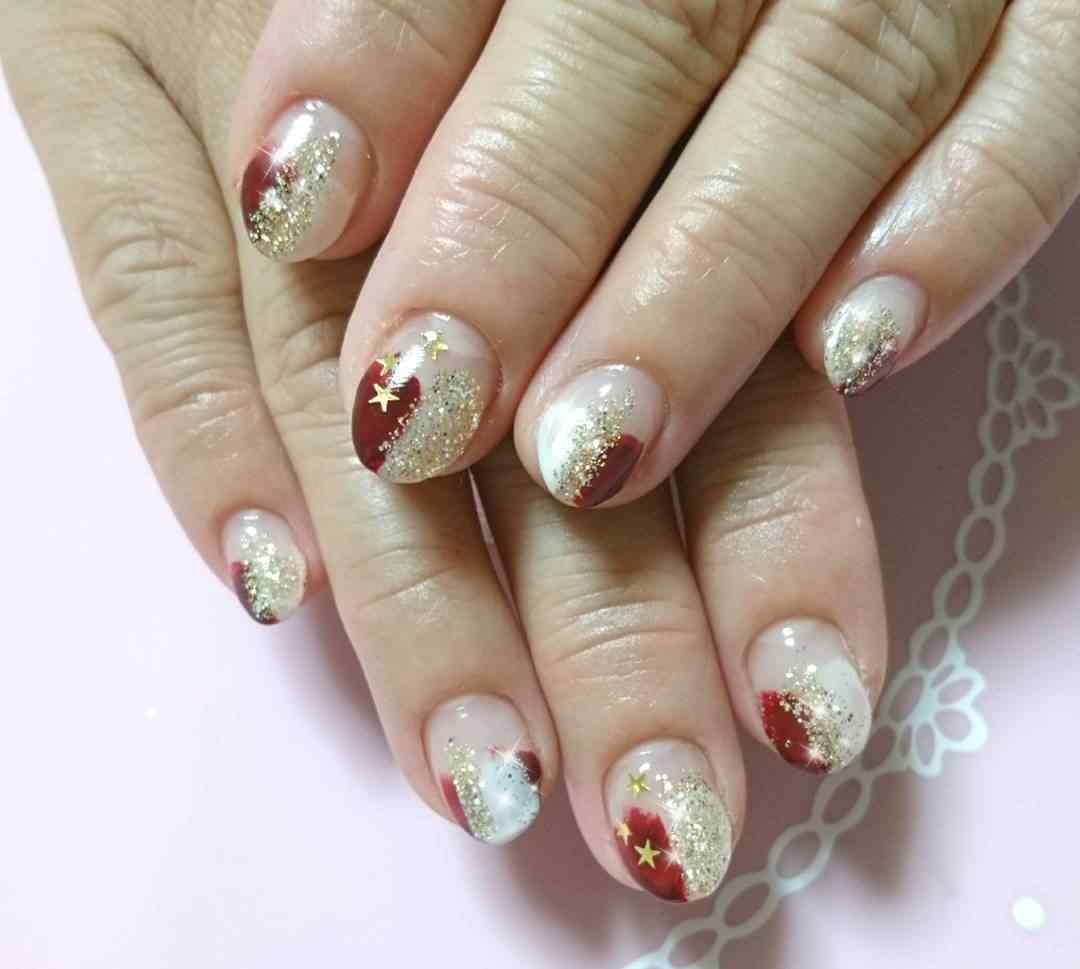 uñas de navidad rojas y doradas