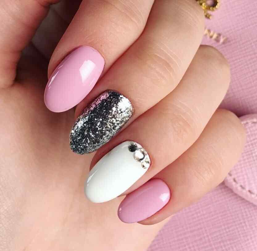 uñas de navidad rosa y plateado