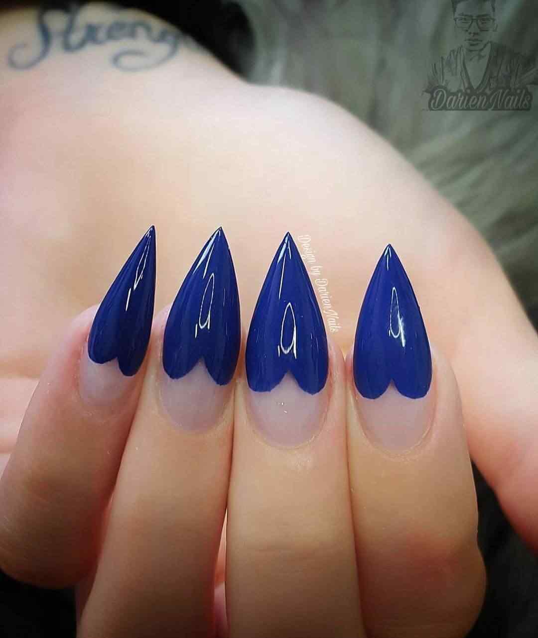 uñas largas azules con forma de corazon