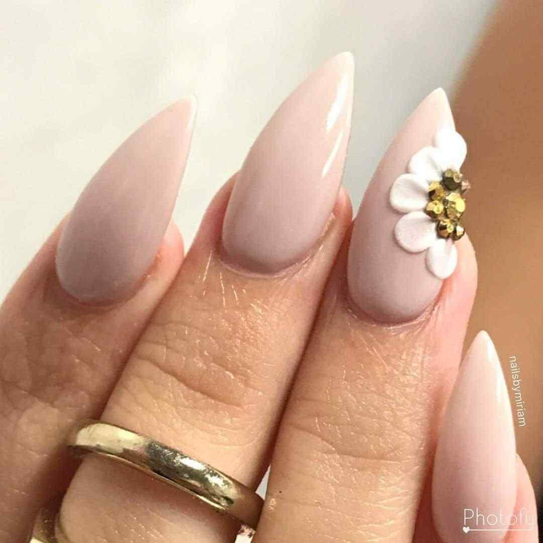 uñas largas con flor acrilica