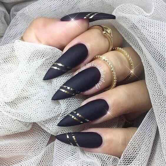 uñas largas decoradas con cinta