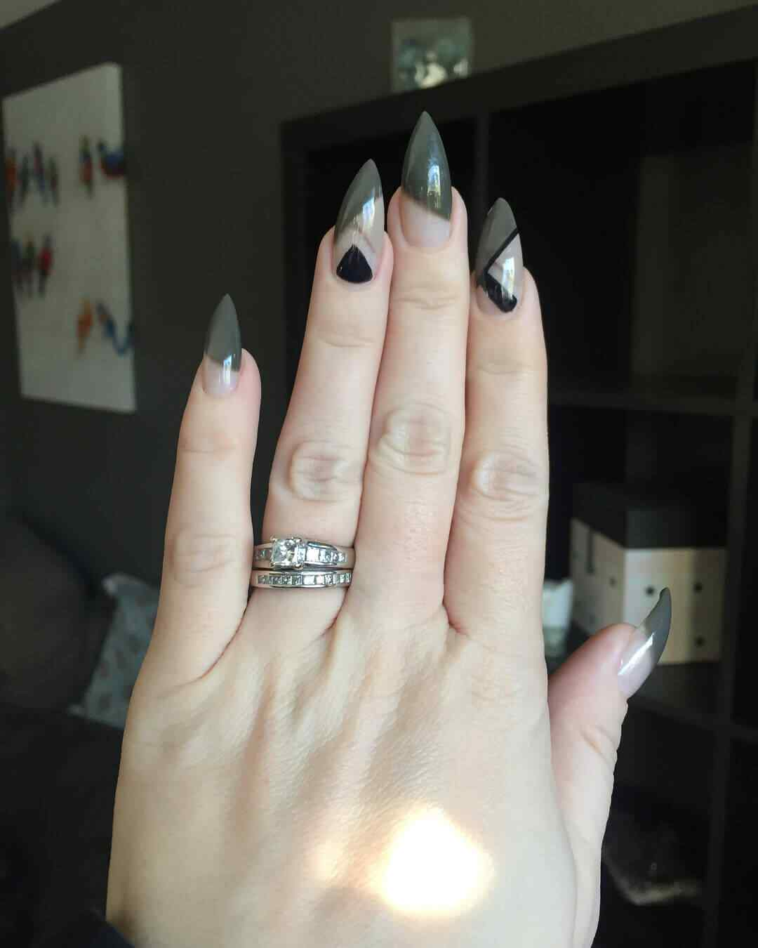 uñas largas verdes con negro