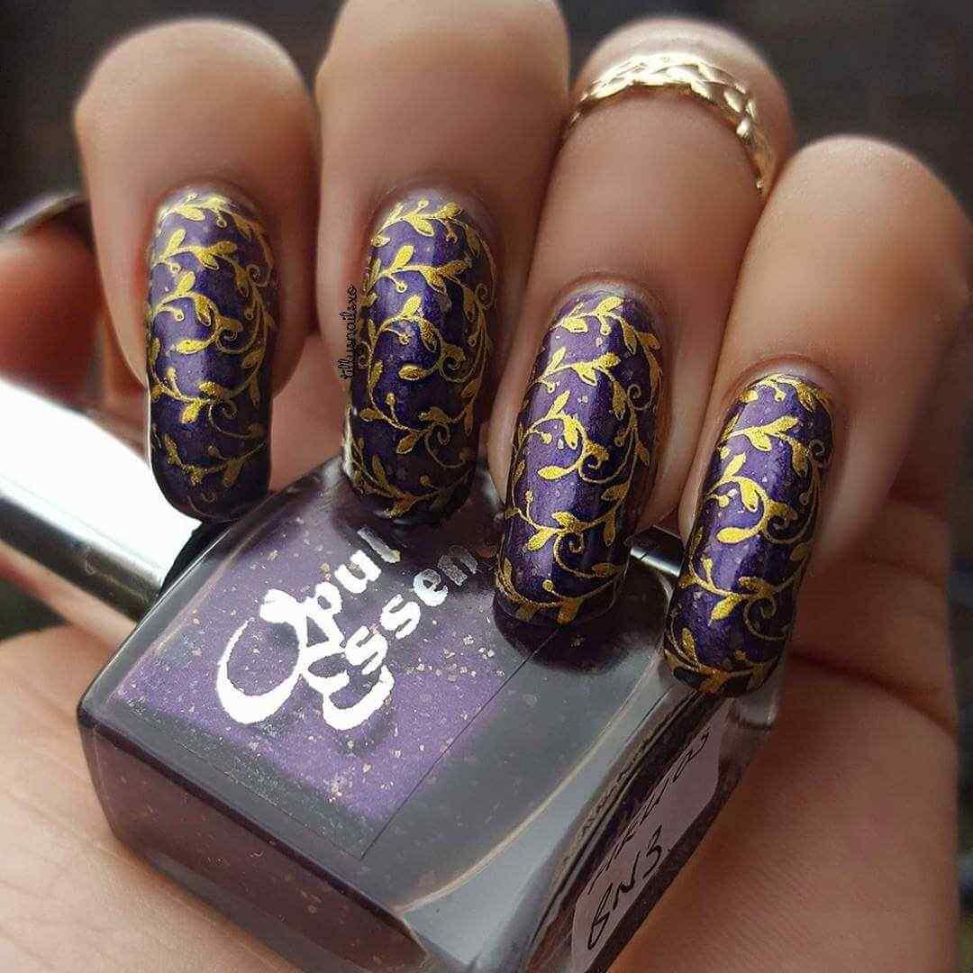 uñas largas violeta con dorado