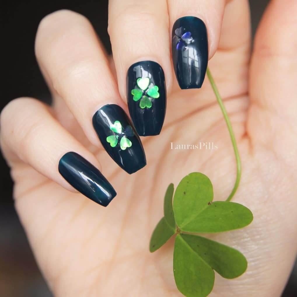 uñas negras decoradas con trebol