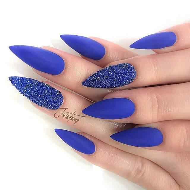 uñas de gel azules y caviar