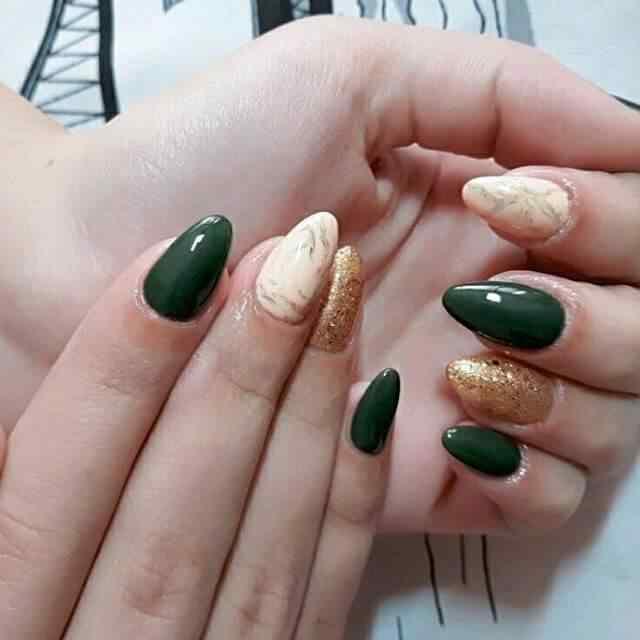 uñas de gel verdes y doradas