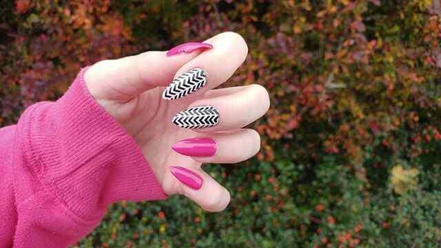 uñas de porcelana con lineas