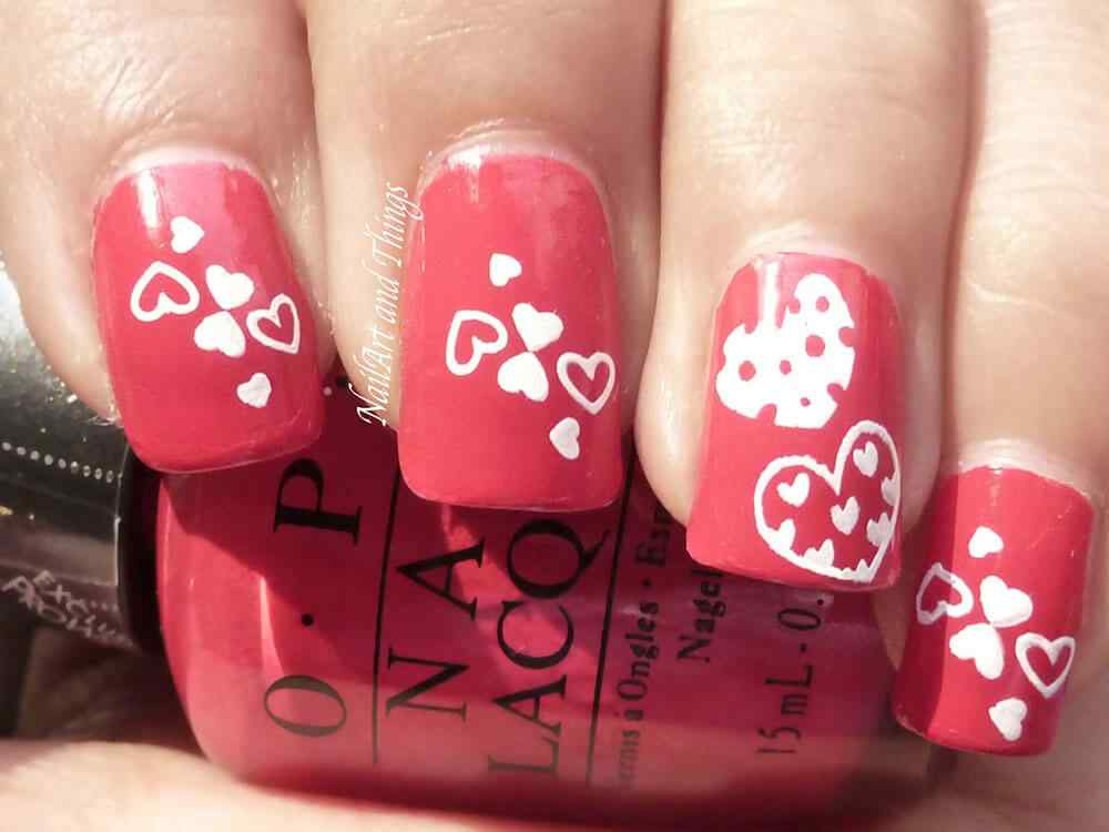 Uñas pintadas con corazones