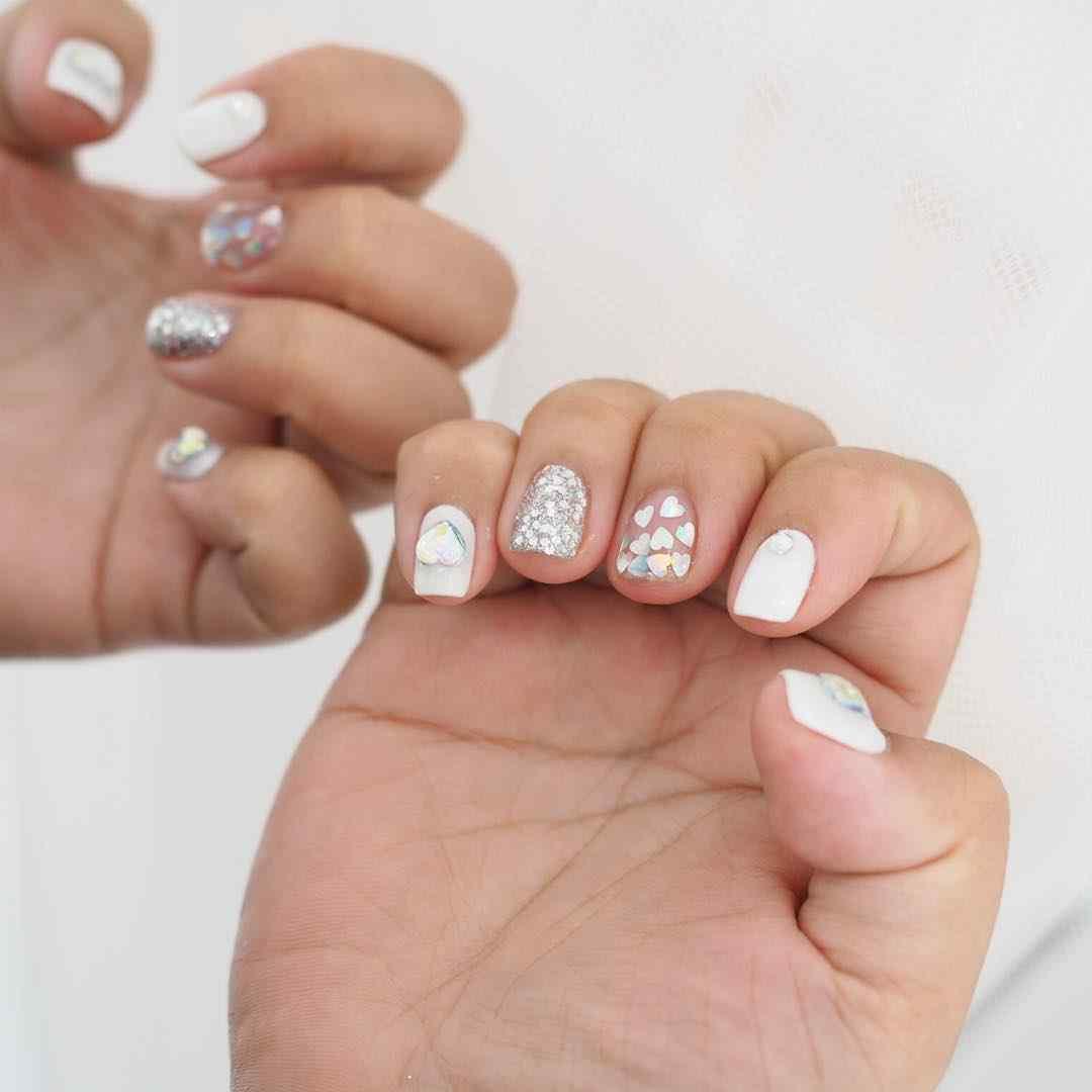 uñas blancas con corazones
