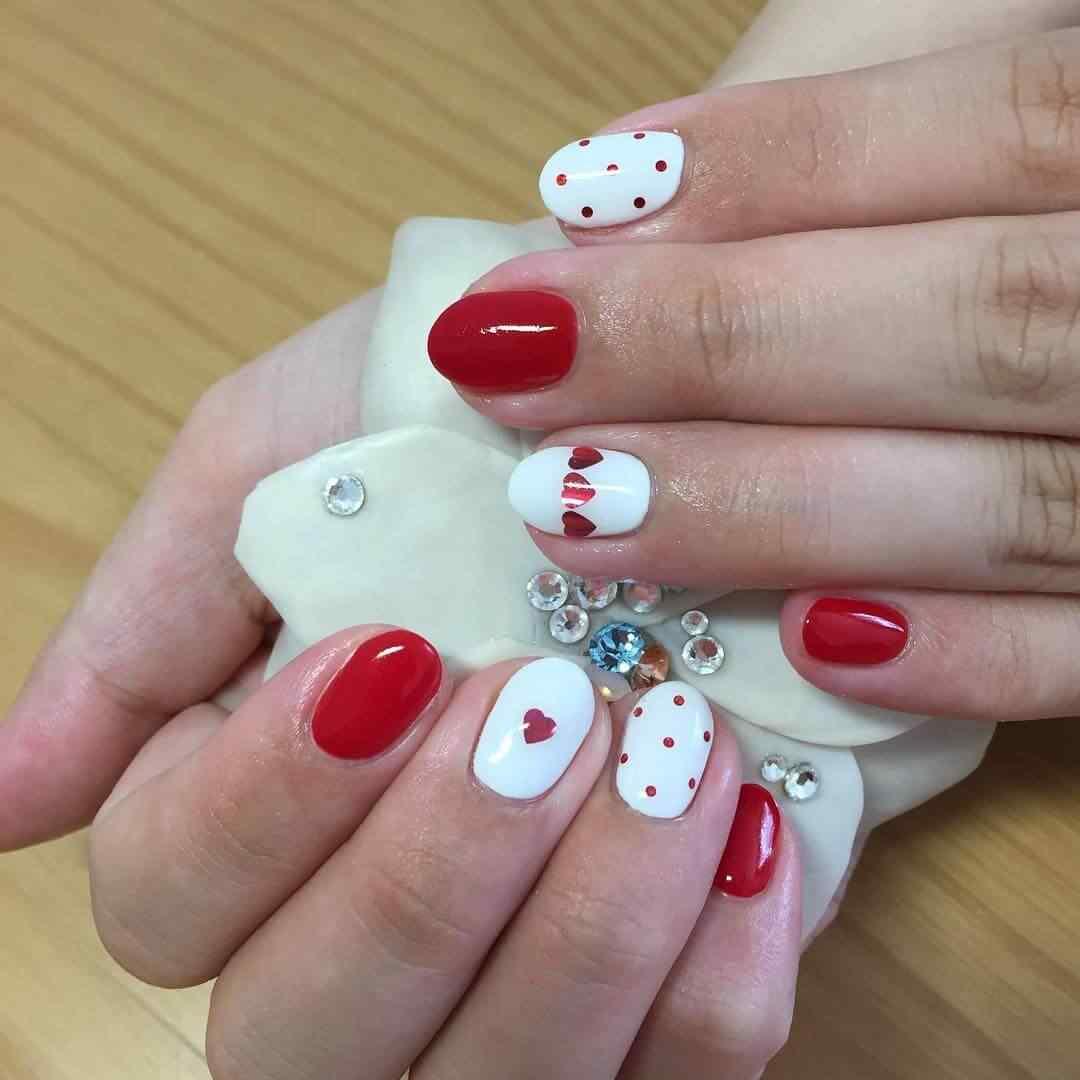 uñas blancas corazones rojos