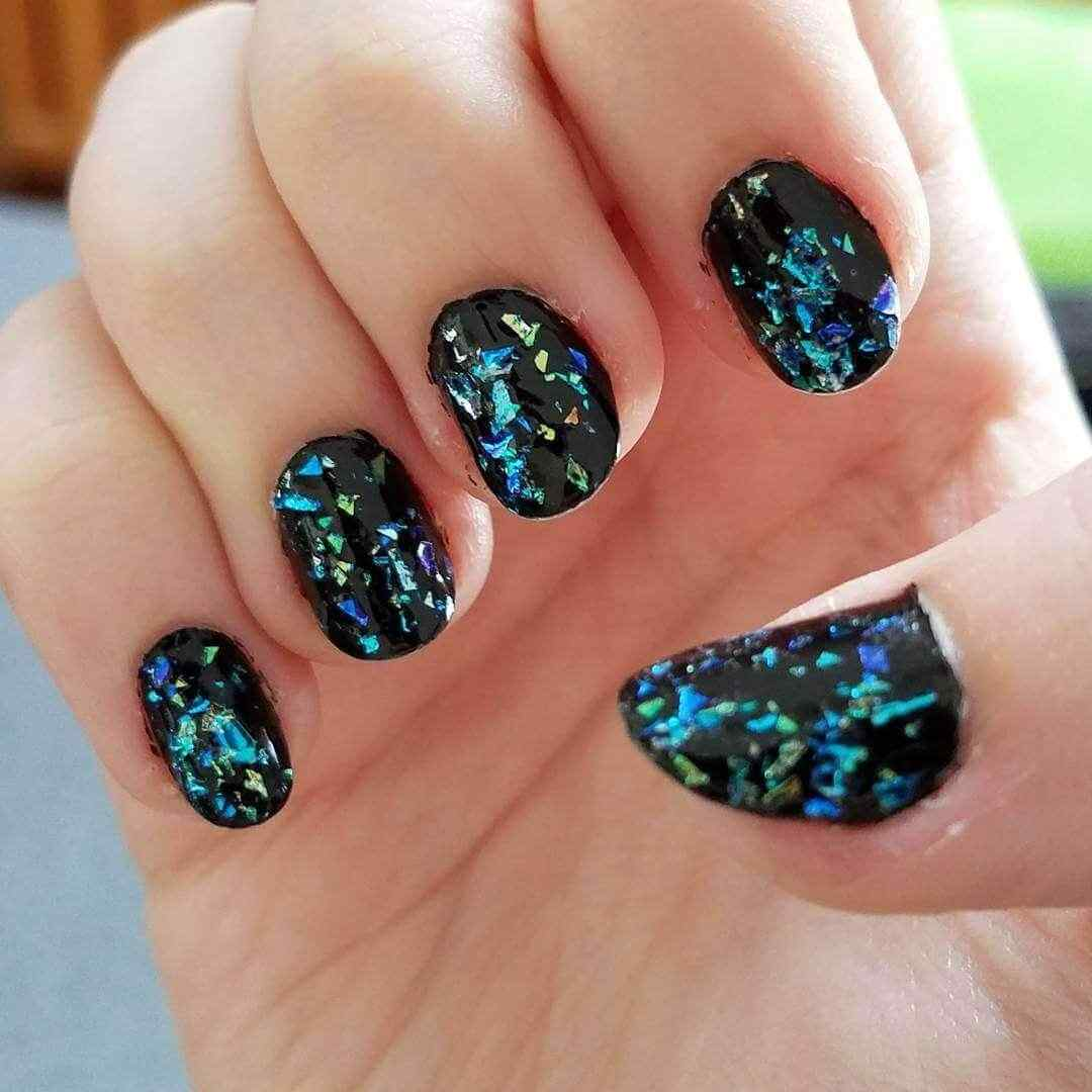 uñas confeti negro y azul