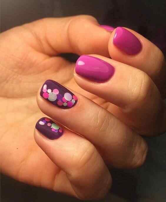 uñas confeti purpura