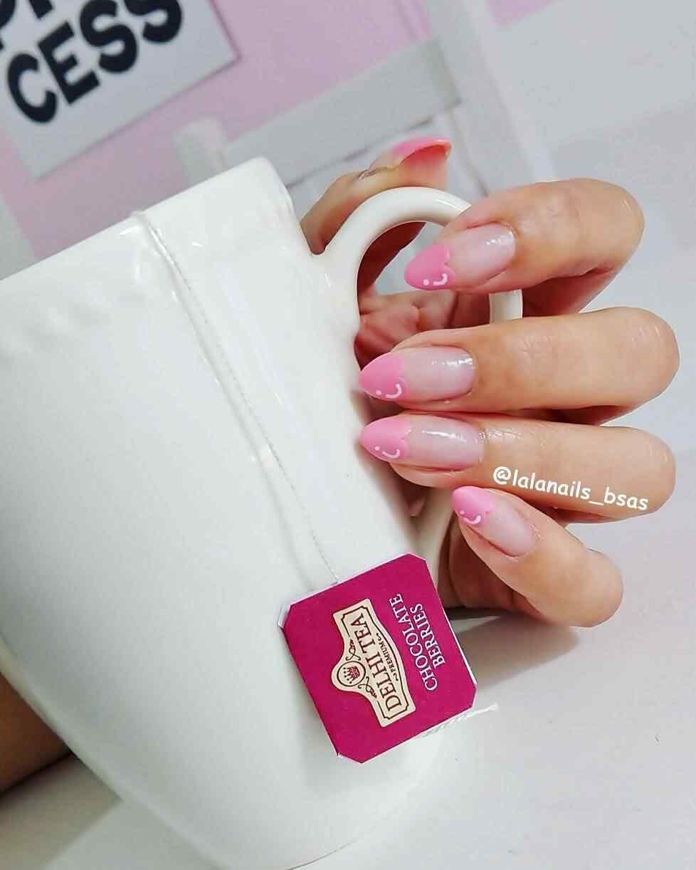 uñas de amor con corazones rosa