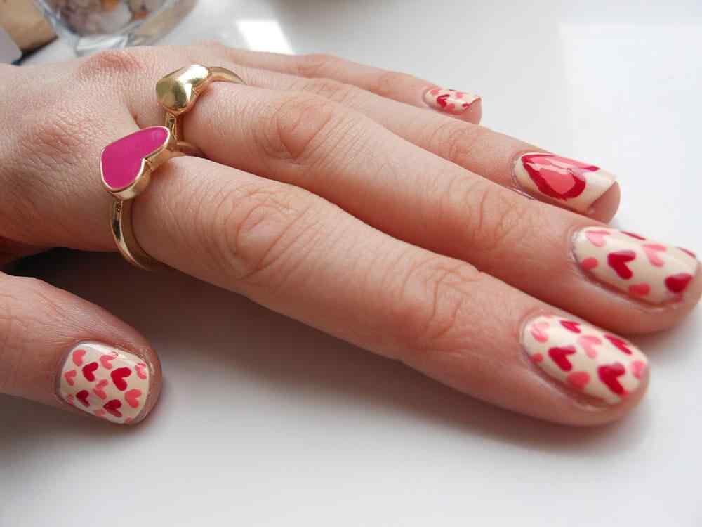 unas pintadas con corazones nail art (4)