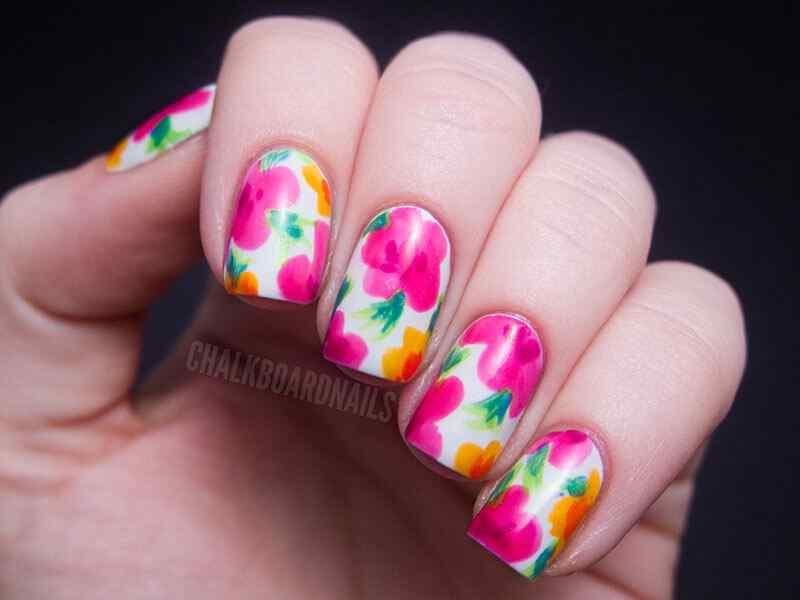 Uñas pintadas con flores para el verano