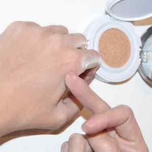 probar-maquillaje-en-la-mano