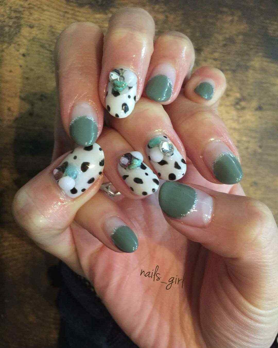 uñas de otoño verdes blancas y manchas negras