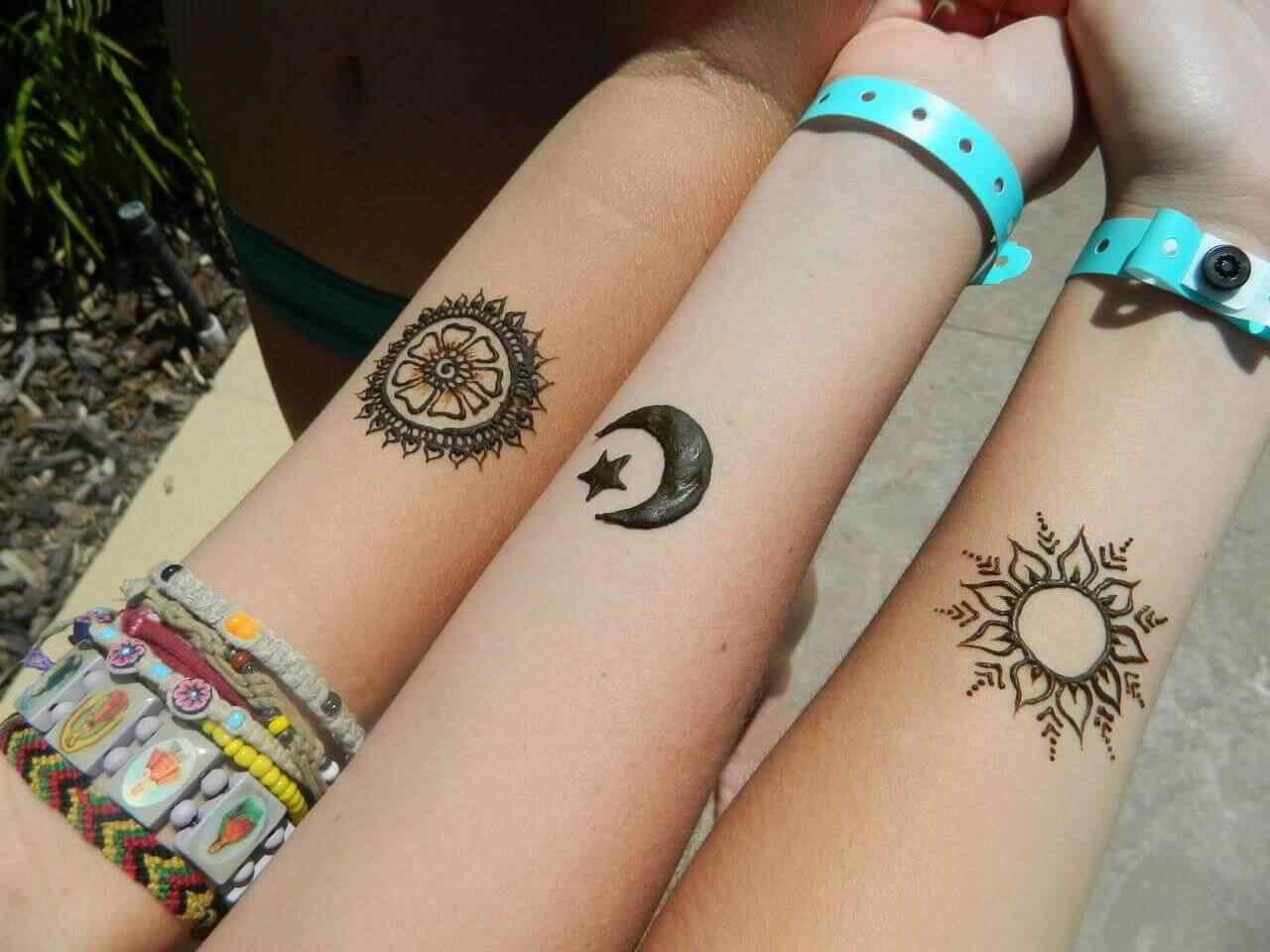 tatuaje pequeño en la muñeca - Simbolos sol, lona, mandala