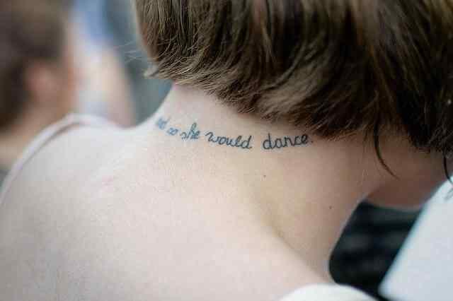 Tatuajes de palabras en la nuca