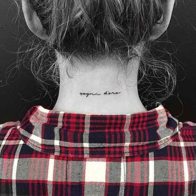 tatuaje de frases para la nuca
