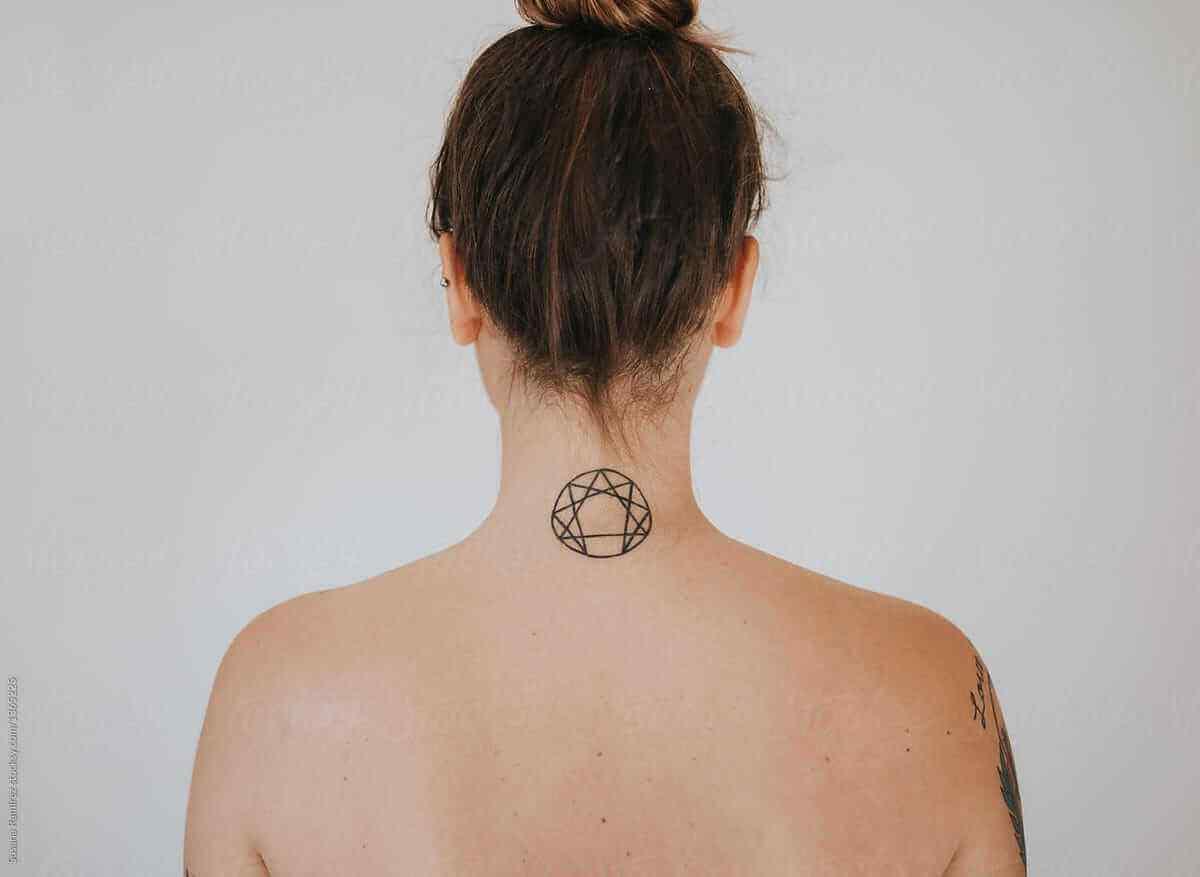 tatuaje de símbolos para la nuca