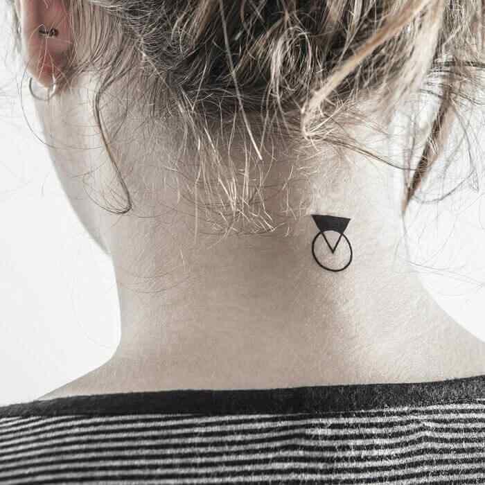 tatuaje en la nuca - circulo - triangulo