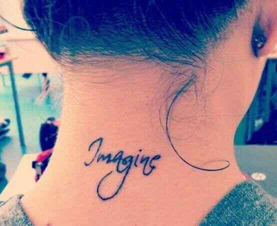 tatuaje palabras para la nuca