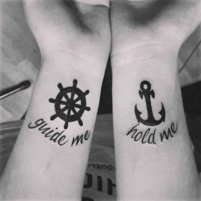 tatuaje para parejas ancla timon