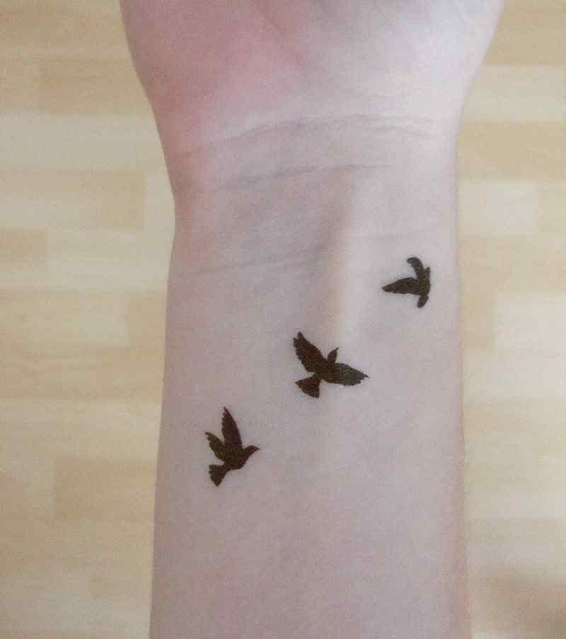 tatuaje pequeño mujer aves - muñeca