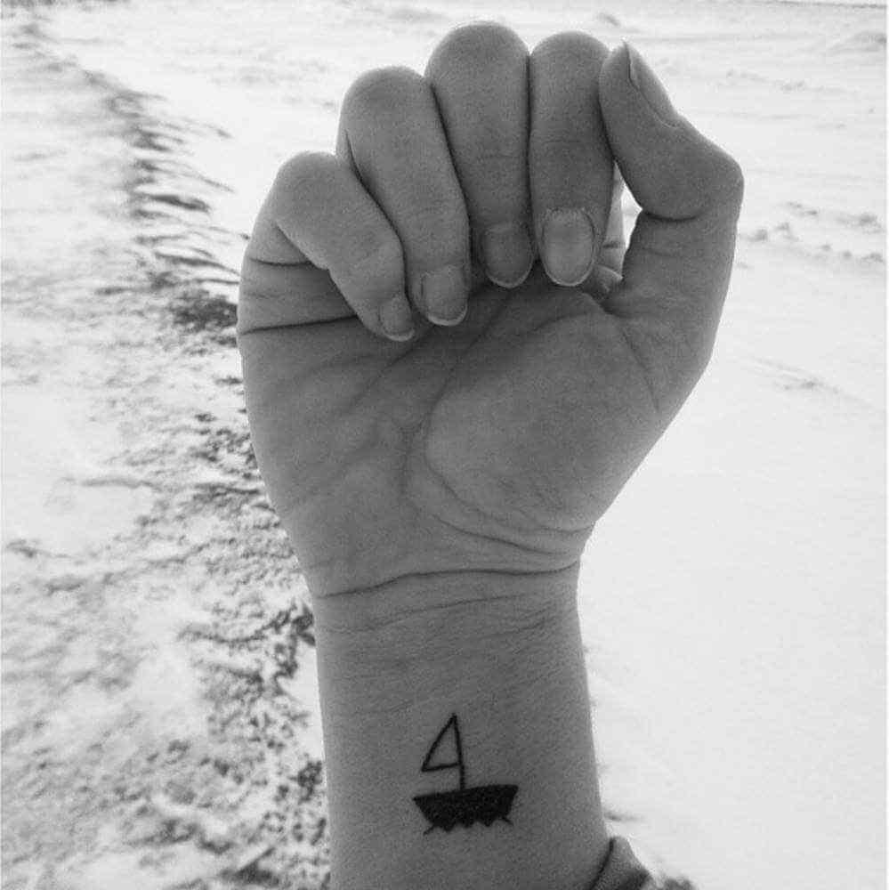 tatuaje pequeño en la muñeca - barco