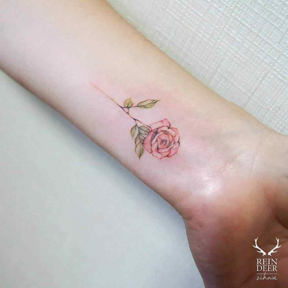 tatuaje pequeño en la muñeca - Flor de rosa