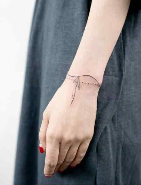 tatuaje pequeño mujer pulsera