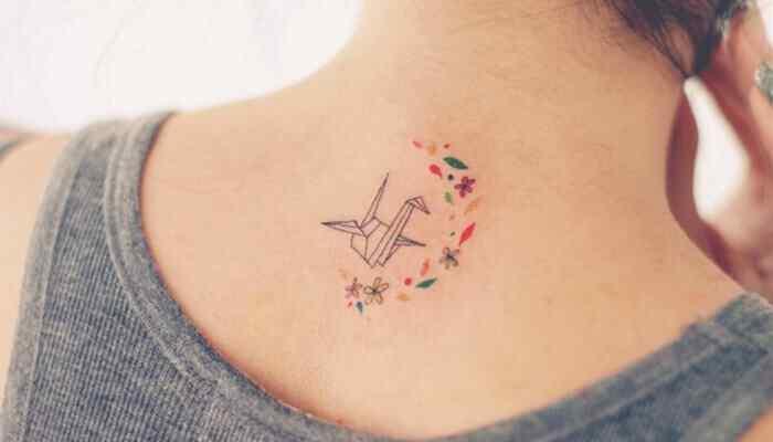 tatuaje pequeño nuca origami