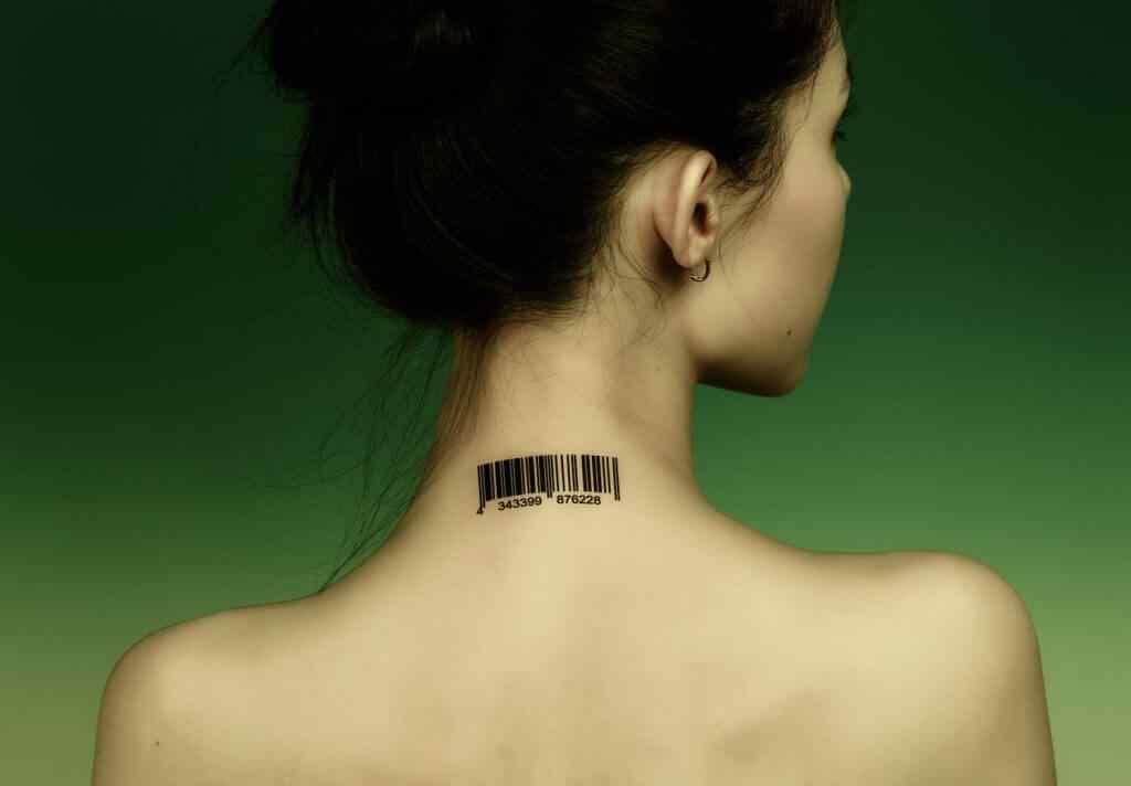 tatuaje pequeño para la nuca - código de barras