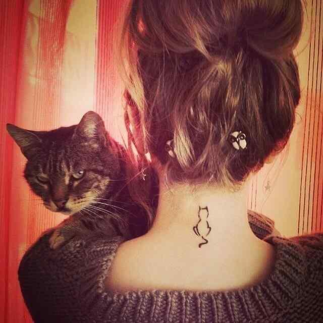 Tatuaje pequeño para la nuca - gato