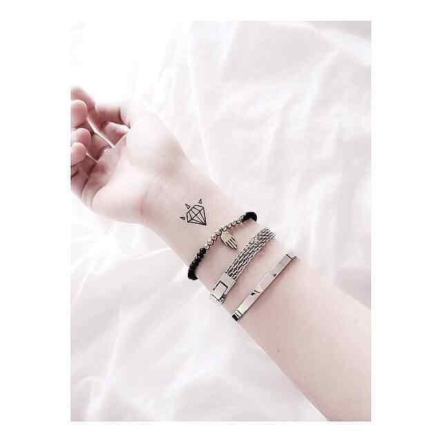 Tatuaje pequeño de mujer - diamante