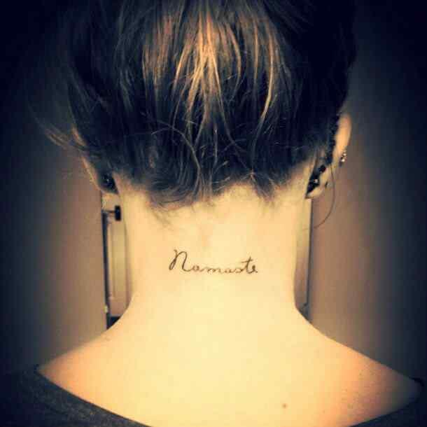 tatuajes pequeños con frase para el cuello