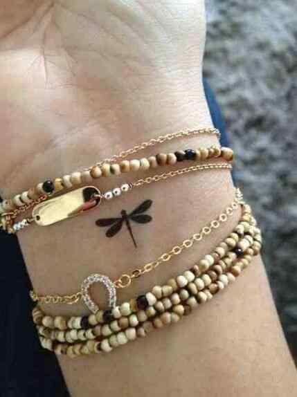 Tatuaje de libélula pequeño para mujer